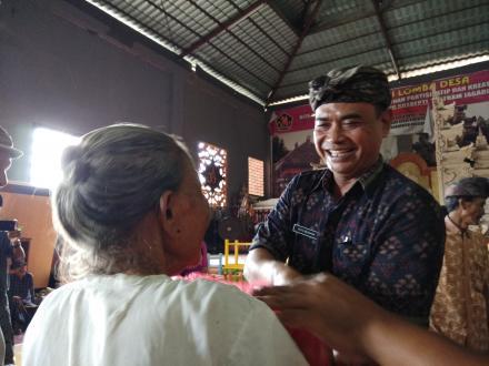 Genap Satu Tahun Masa Jabatan, Perbekel Dencarik Jalankan Program Penyerahan Bantuan Sembako Lansia