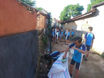 Jeda Semester, Keluarga Besar SD N 2 Dencarik Gelar Bersih-Bersih Sampah Plastik