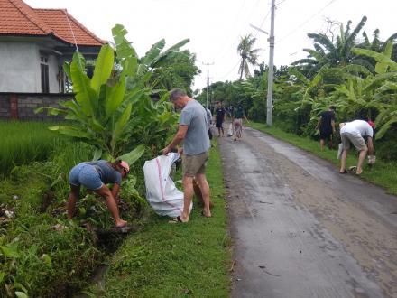 Cegah Banjir, Bule Pun Ikut Bersih-Bersih Jalan Melati