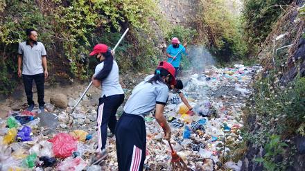 Masih Kurang Sadar, Sungai Dijadikan Tempat Sampah, Perades Dencarik Pun Turun Tangan Bersihkan